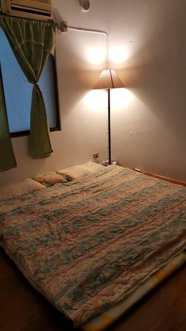 2樓房間為和式房,兩張單人床墊,也可合併成一個大雙人床墊,另附一個大雙人草蓆。晚上可以開吊燈,當然也有冷氣。 The room in First floor is Japan style room, you have two single bed, also can put them together to a double bed. You can switch on little light at night,Of course there have air-condition in your room.