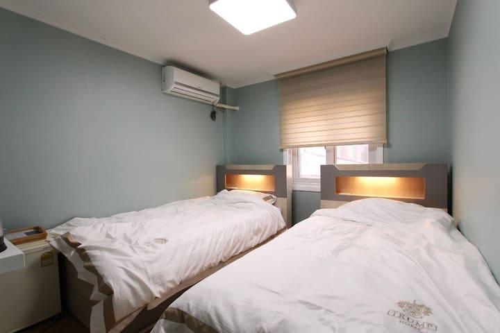 Twin bed room(브랜드가구의 슈퍼싱글침대2개, 트럼프호텔베딩, 무료케이블 tv, 냉장고, wifi, 커피포트,헤어드라이어, 전용욕실,고급샴푸 등 어메니티)