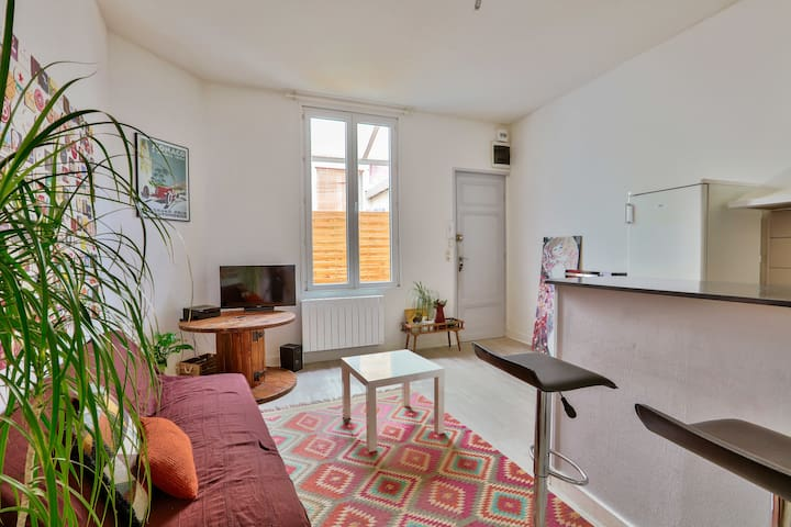Large two-room apartment in the Bastide district