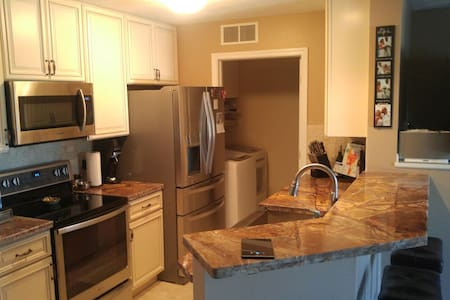 High End Remodeled Airport Condo - Olmsted Falls