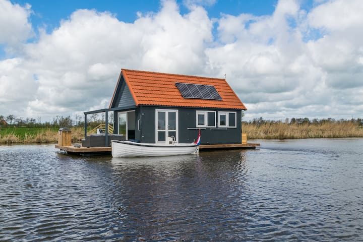 Luxury waterhome remote in nature. Location Balk