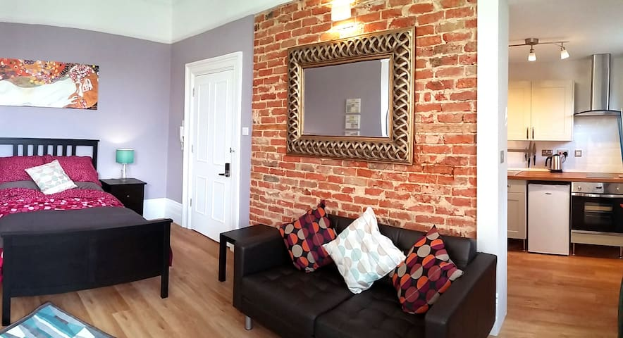 15- Newly listed, self contained studio apartment. - Croydon