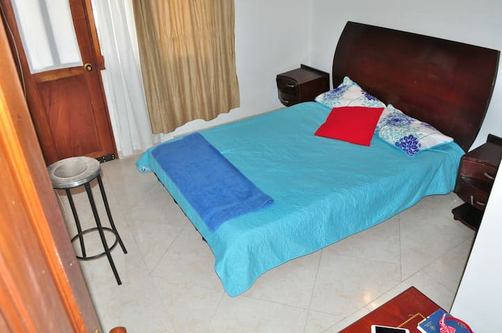 Habitación con balcón, baño, wifi y agua caliente.
