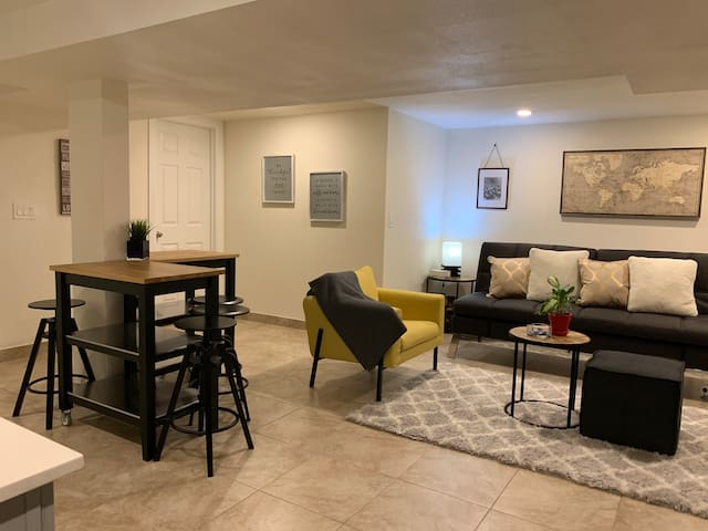 Cozy & Clean private suite. 5-10min to airport.