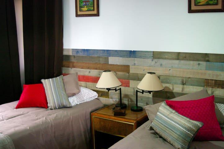 Bedroom with 2 twin-sized beds with access to the bathroom. Great for 2 people. Kids will love it for sleepovers (dos camas individuales, perfecto para dos personas, los niños la pasarán de lo mejor).