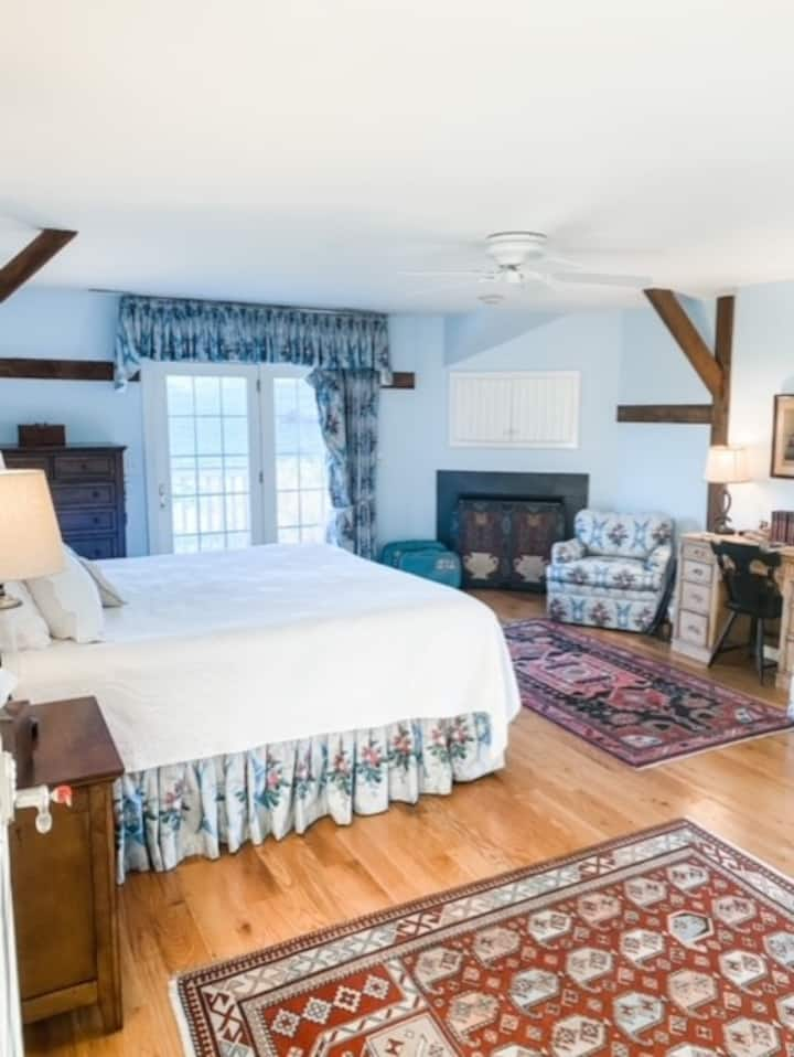 Private farm suite, king bed, jacuzzi, fire place
