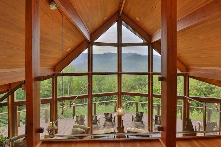 Spectacular mountain lodge w/ game room, incredible views, and private hot tub