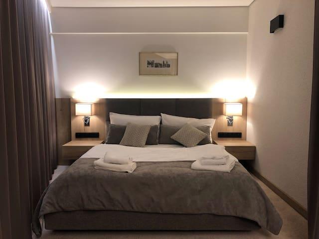 Sypialnia z dwuosobowym wygodnym łóżkiem