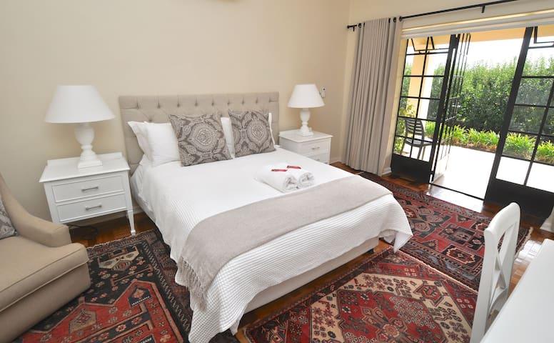Elgin Country Lodge Deluxe Queen Bedroom 1