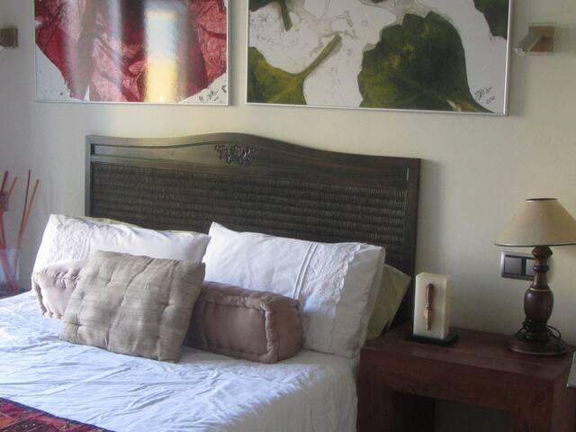 Una cama de matrimonio muy cómoda para que disfrutes y descanses en tu viaje.