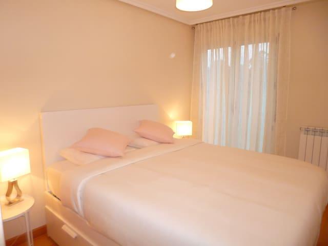 habitación suite con 2 armarios empotrados y baño con bañera