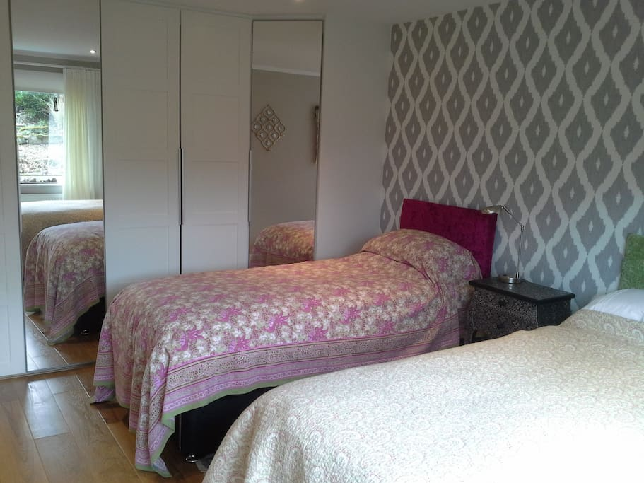 (Ground floor bedroom) Large newly decorated double bedroom - 3 ft twins or double bed