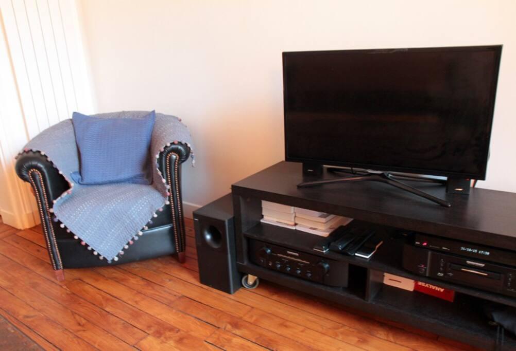 Un fauteuil club et TV, connexion internet