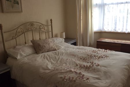 HALL GREEN, B28 DBL ROOM, TV, WI FI, WORK SPACE