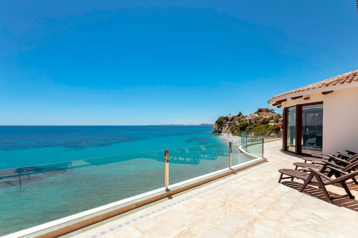 FIRST LINE VILLA WITH SUPERB SEA- AND COAST VIEWS!
