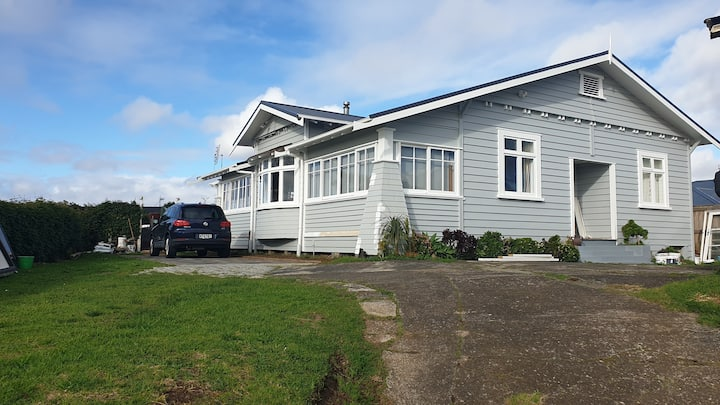 Classic Bungalow, Convenient to Airport and City