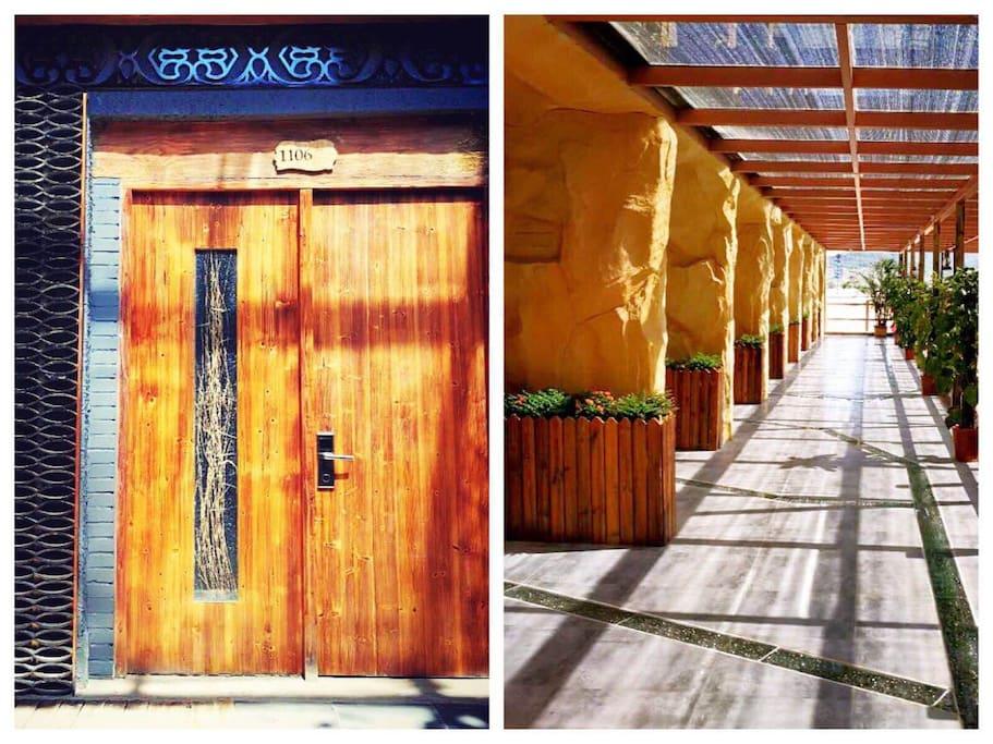 旧木门与客房走廊,阳光蛮烂。