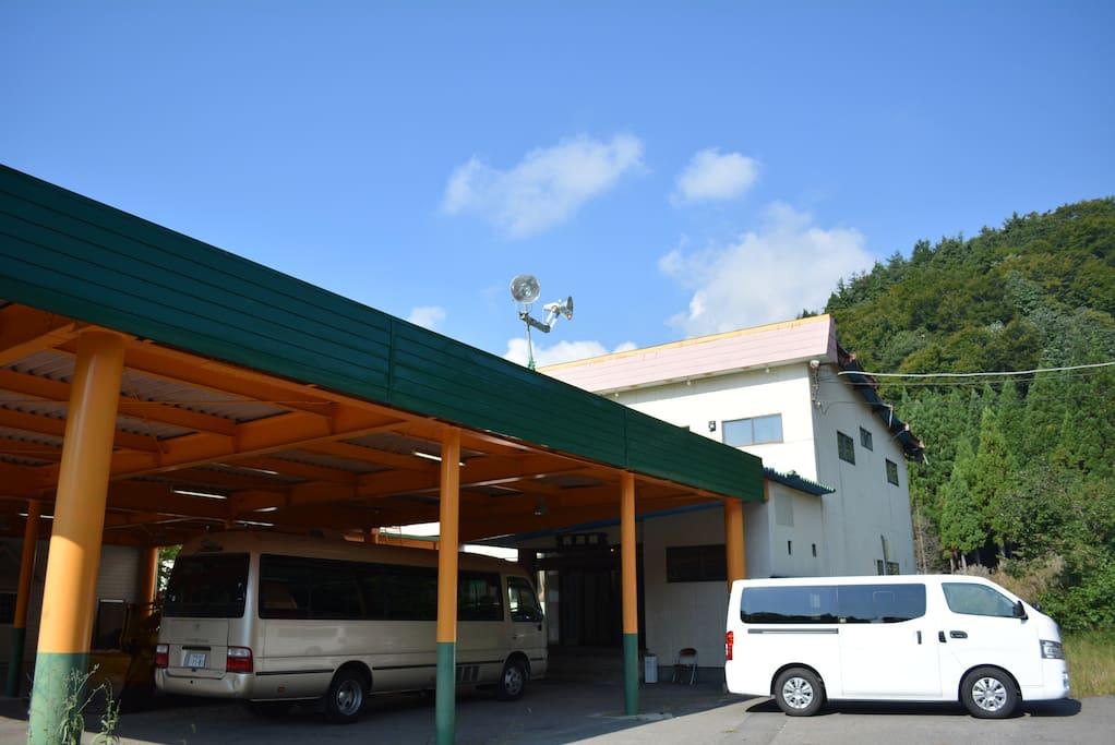 屋根つきの駐車場もあります