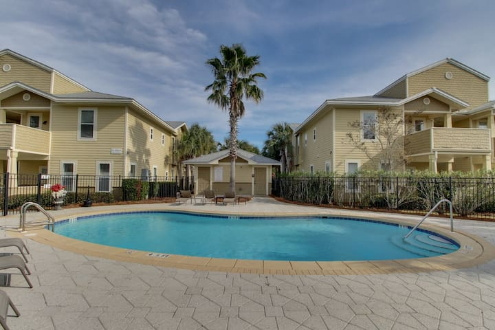 Beautiful coastal condo w/ kitchen & shared pool - near bike path