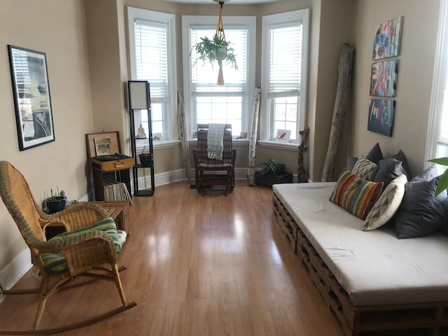 Cozy 2 bdrm condo mins to Vic hospital & downtown