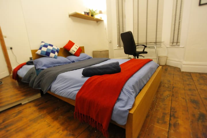 Rm1. A LOVELY, LIGHT & SPACIOUS ROOM close to town - Manchester - Ház
