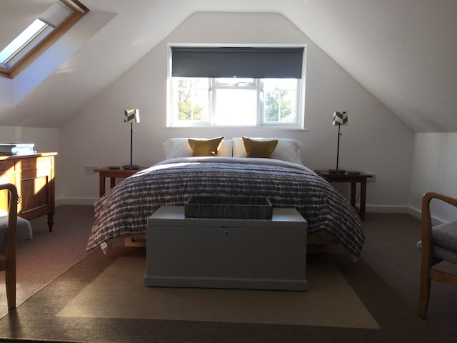 Contemporary studio style room in Wheatley