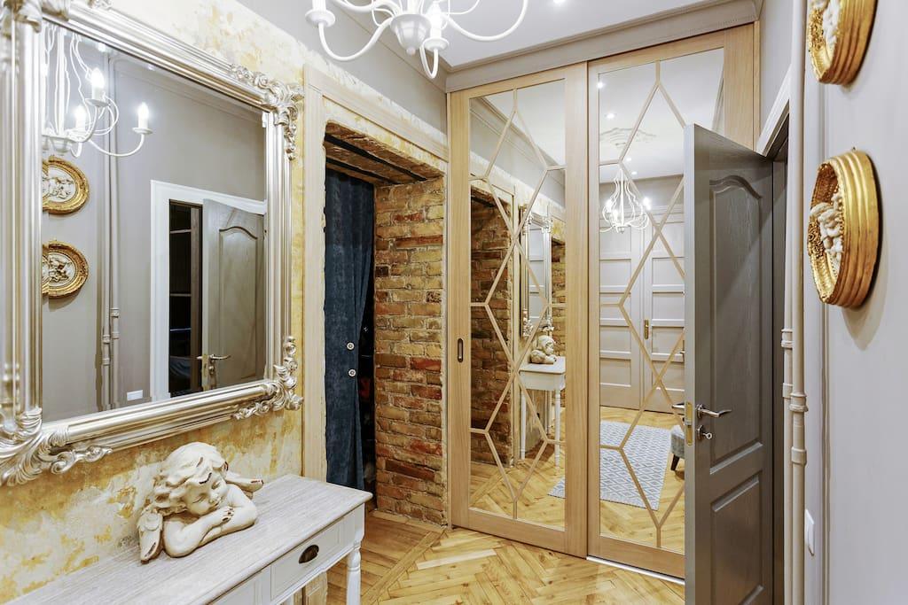 Entrance hall. Wardrobe, wardrobe room, to the right of the mirror. Прихожая.  Шкаф,гардеробная, справа от зеркала.