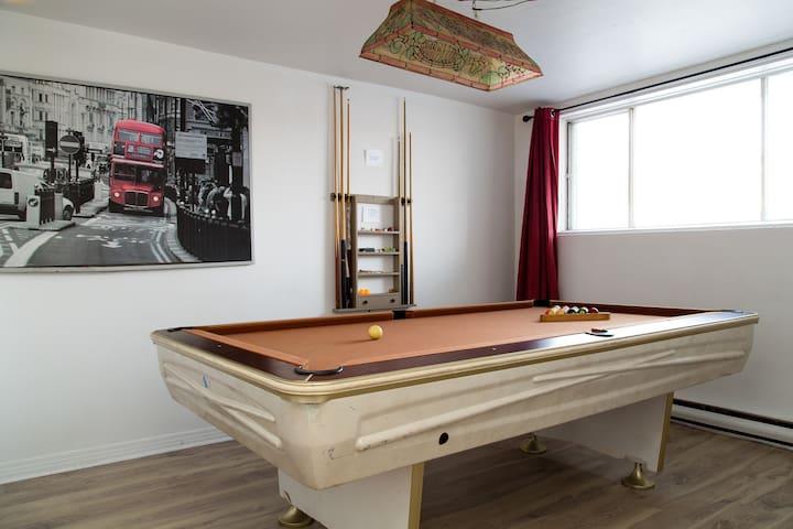 清潔で居心地の良い2ベッドルームアパートメント(プールテーブル付)