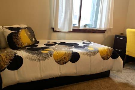Clean comfy room, w/ private bathroom & fun hosts! - Heber City
