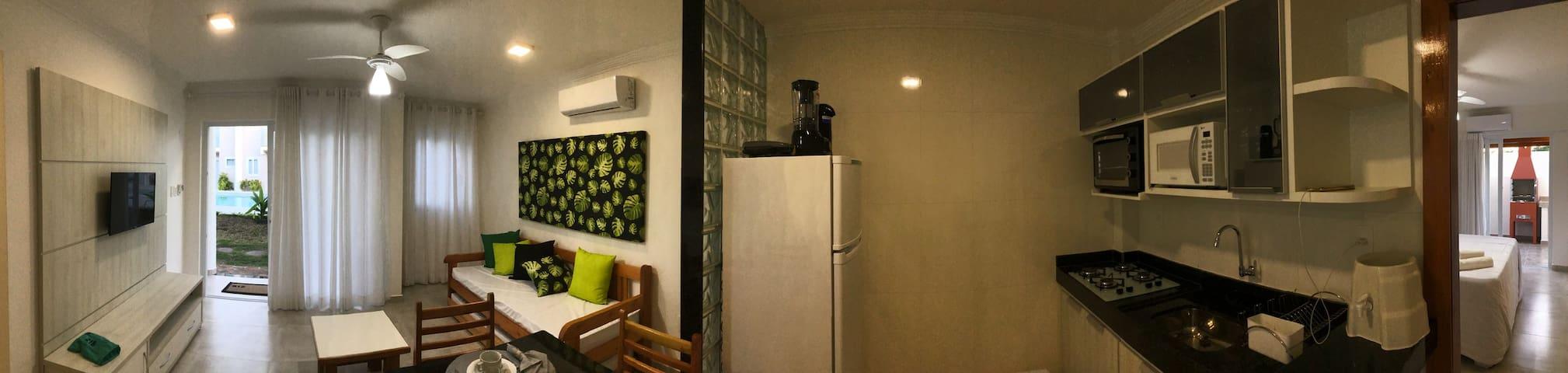 Panorâmica cozinha e sala.