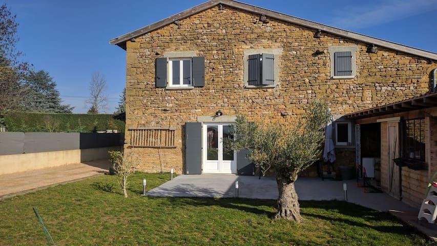 Beaujolais - grande maison en pierre dorée