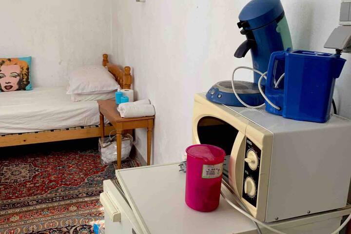 Une petite chambre entre sol avec un lit une lit