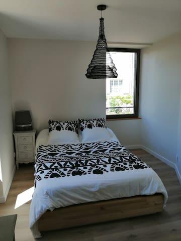 Chambre N°2 avec lit en 140 et placard mural