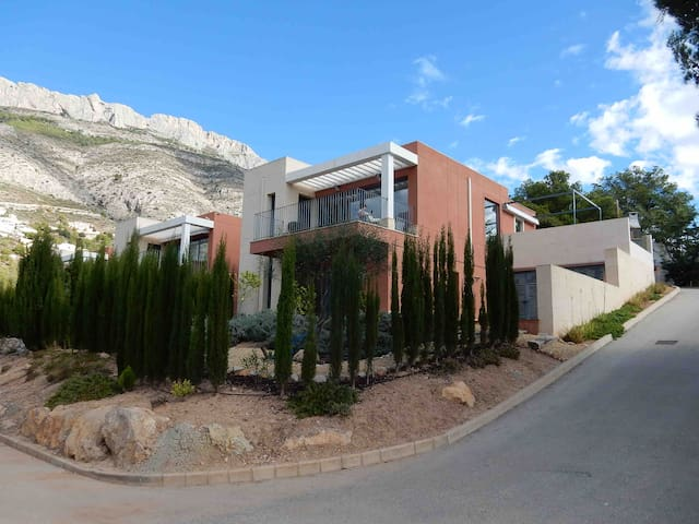 Casa Kalma - Modern 3 bed house in tranquil area.