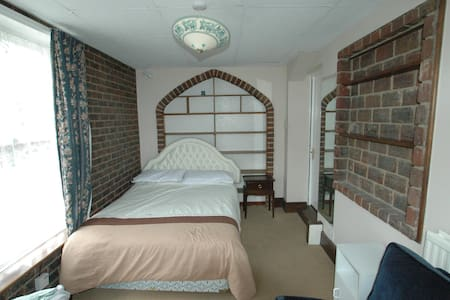 Large room for Single person in shared house - Tring - 宾馆