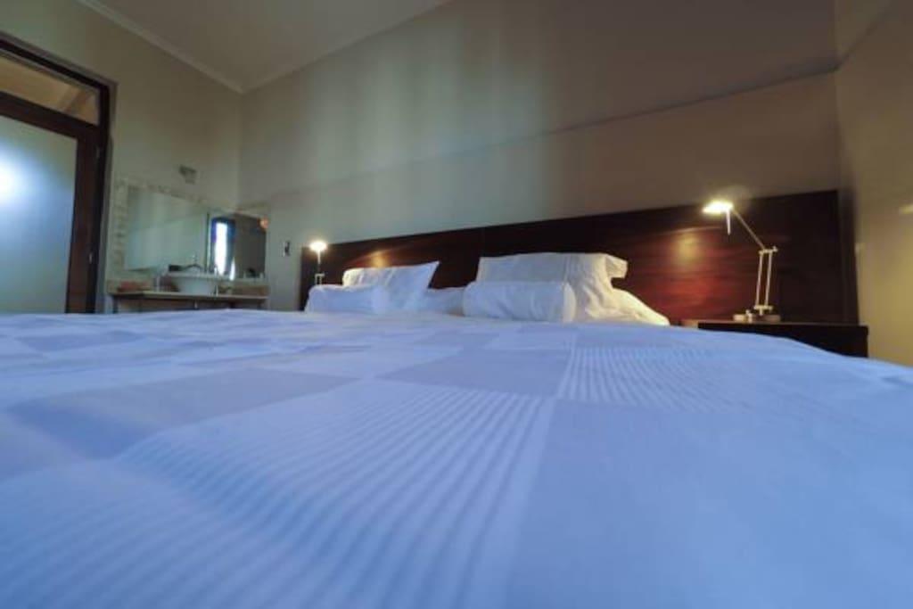 Habitaciones amplias con confortables camas. Colchon SERTA con sábanas 100% algodón.