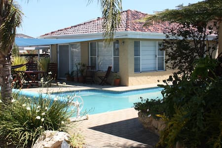 Spacious poolside apartment in tranquil gardens. - Wembley Downs