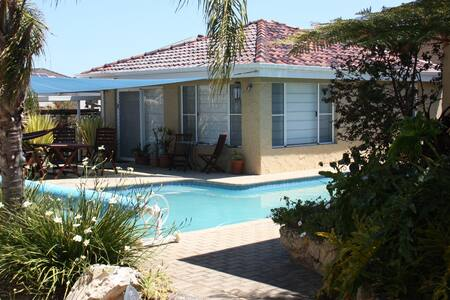 Spacious poolside apartment in tranquil gardens. - Wembley Downs - Lägenhet