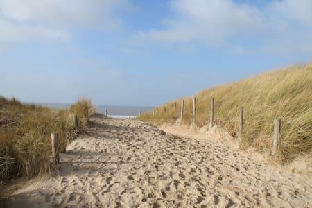 Vrijstaand zomerhuis in duingebied aan strand/zee - Egmond-Binnen - Mökki