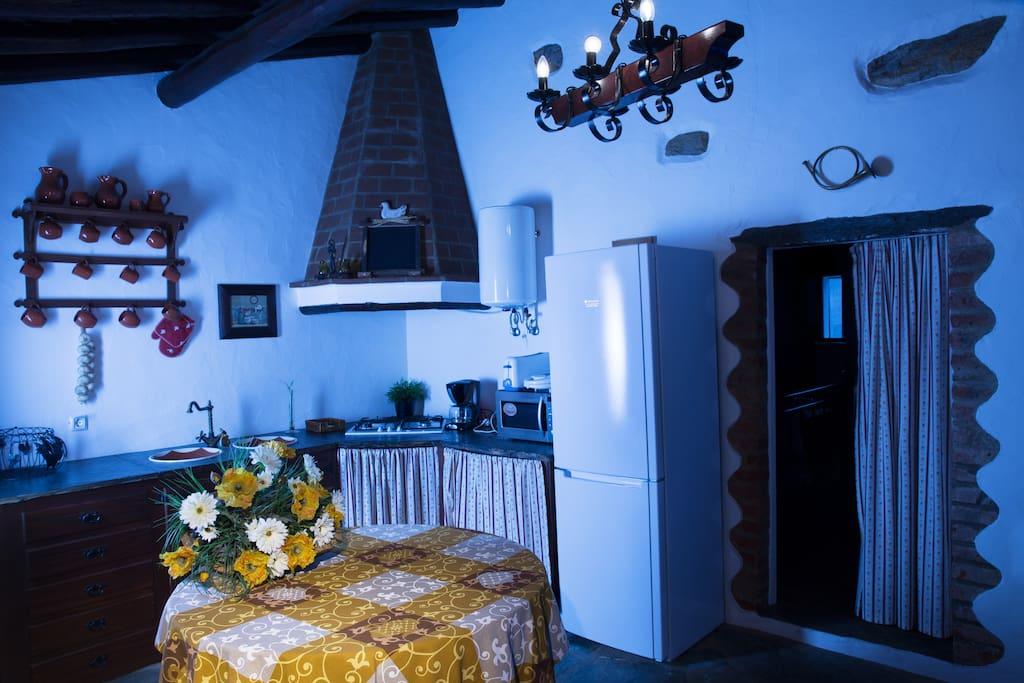 Cozinha, entrada para quarto.