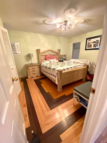 Lovely comfortable bed and pure cotton linen  amd down / memory foam or buckwheat lavender pillows ( on request ) in this queen bedroom upstairs