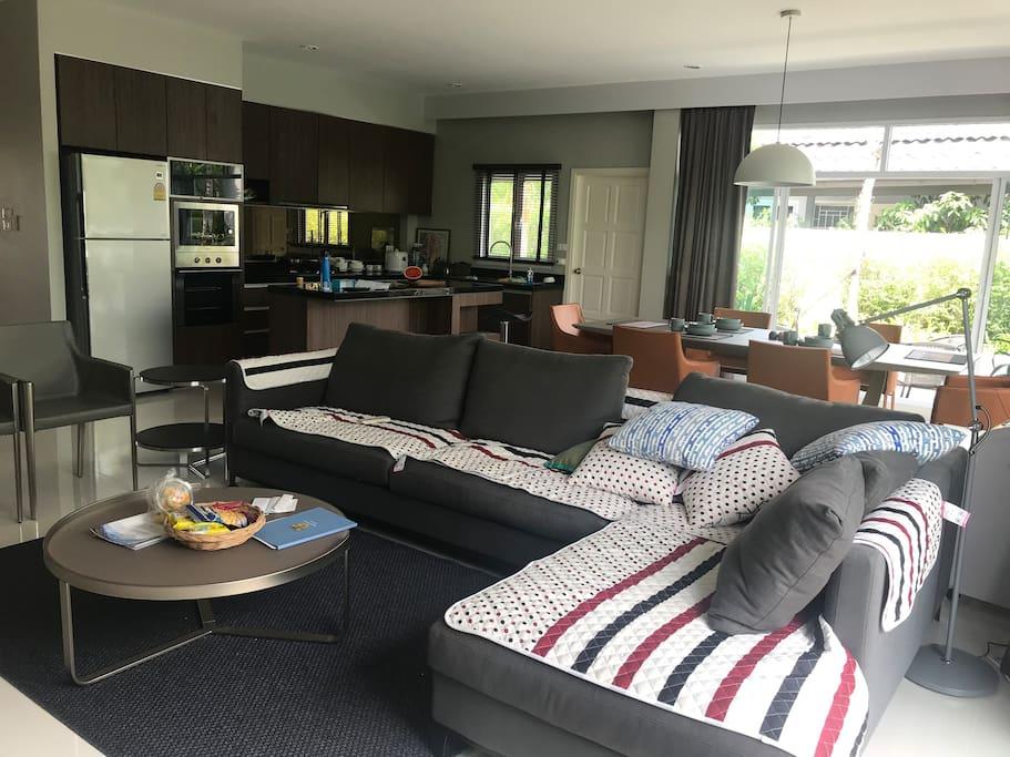 客厅里的沙发及开放厨房