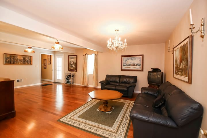 Exquisite 2 bdrm entire apartment great location
