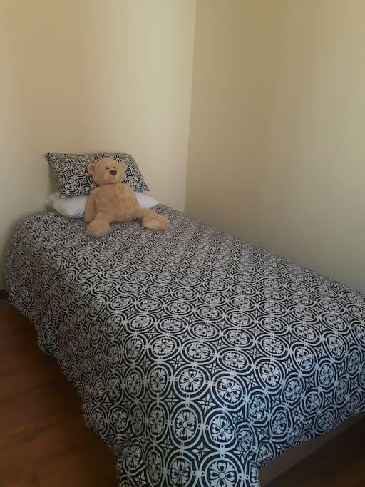 Dormitorio con cama de 1 1/2  plaza y closet