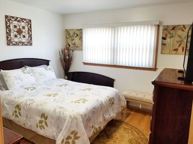 °Sunny 2BDRM Comfort° 20 mins to Ohare or Chicago