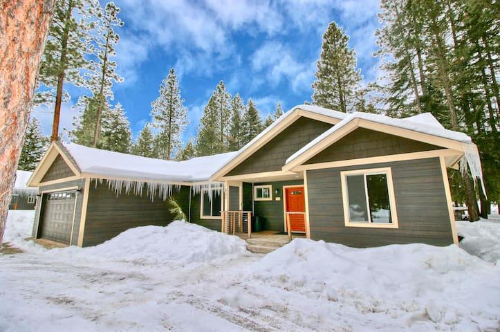 Tamarack Lodge-Fantastic Outdoor Living!  Private Hot Tub and Summer Pool!