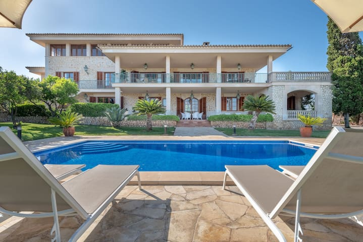 Beautiful Villa with Pool, Wi-Fi, Garden and Terrace; Parking Available