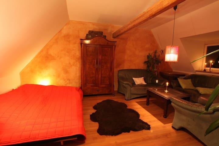 Gästezimmer, Bett und Sitzgruppe