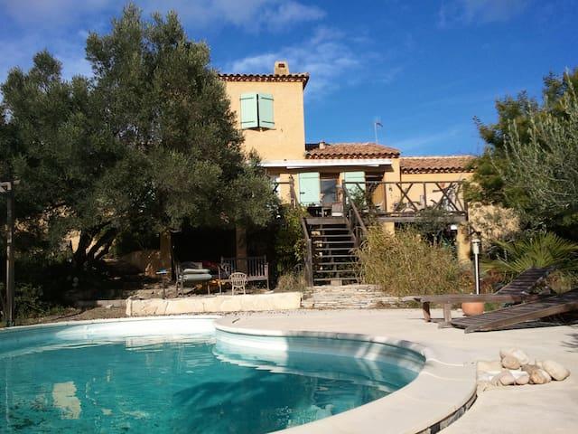 Villa au milieu des oliviers, piscine et soleil.