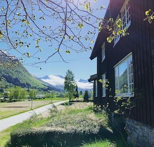 Sjarmerende gammelt feriehus mellom fjord og fjell